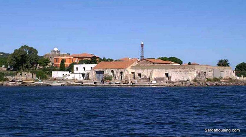 Edifici sul mare a Carloforte vista in lontananza