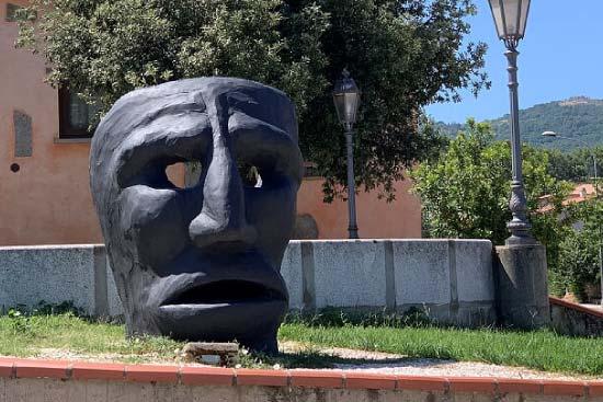 statua ingresso mamoiada